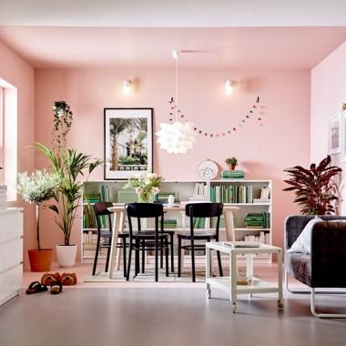 Utrzymanie porządku w mieszkaniu to nie lada wyzwanie, zwłaszcza gdy do dyspozycji mamy bardzo mały metraż. Jednak w tym wypadku z pomocą może przyjść nam komoda – niedoceniany, a bardzo praktyczny mebel.