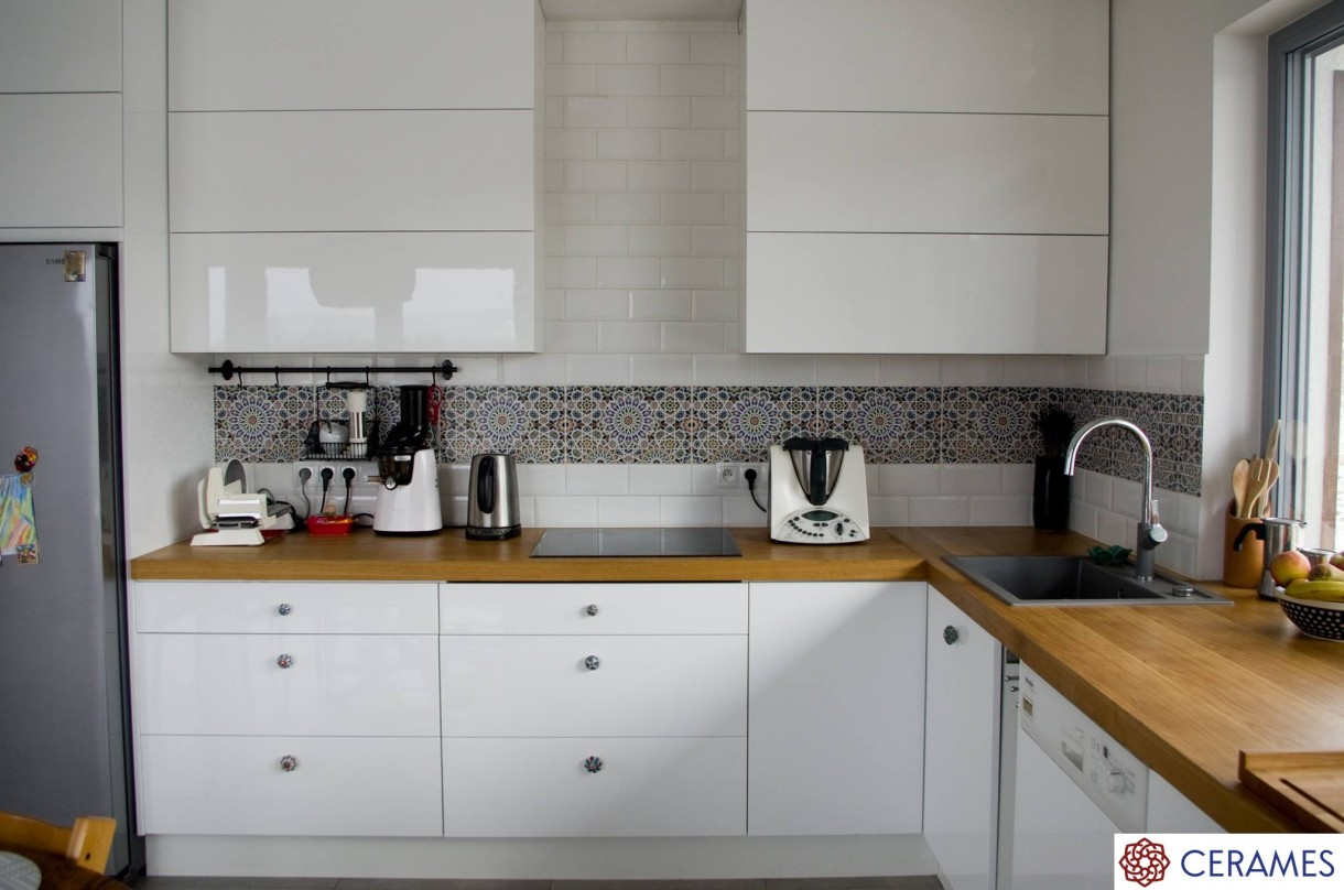 Kuchnia, Płytki z Maroka w Twojej kuchni - Wzorzyste płytki marokańskie  Nazir znakomicie komponują się z białymi meblami kuchennymi oraz ścianą w tym samym odcieniu. Mieniące się odcieniami kafle wyróżniają się na tle otoczenia i przykuwają uwagę domowników jak i gości.