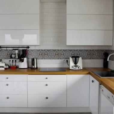 Wzorzyste płytki marokańskie  Nazir znakomicie komponują się z białymi meblami kuchennymi oraz ścianą w tym samym odcieniu. Mieniące się odcieniami kafle wyróżniają się na tle otoczenia i przykuwają uwagę domowników jak i gości.