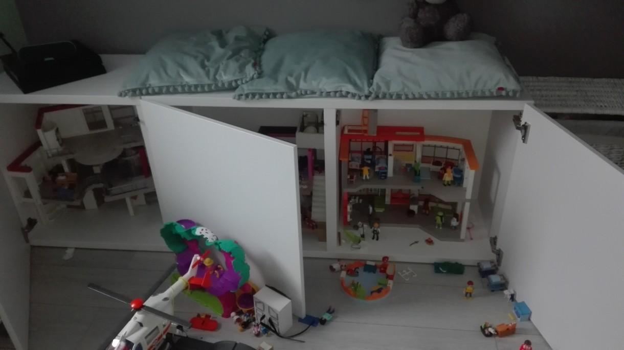 """Pokój dziecięcy, Mietowy pokoj Jagodowy :) - I balagan :) zeby nie bylo ze tu dziecko nie mieszka :)corka kolekcjonuje play mobile I ta """"lawa"""" kupiona byla specjalnie na nie"""