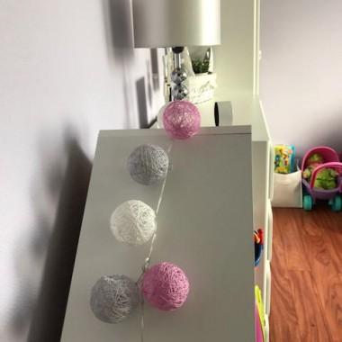 """Pokoik powstał z naszej sypialni. Zależało nam na tym, aby był przede wszystkim przytulny, funkcjonalny i mógł """"rosnąć"""" wraz z naszą córeczką. Nie chcieliśmy też zbyt ingerować w ściany, ponieważ będziemy się przeprowadzać a mieszkanie wynajmować i zależało nam, aby kolor ścian był tylko do odświeżenia. Nasza sypialnia była fioletowa stąd pokoik został w takim kolorze &#x3B;-) i została także zabudowana szafa, w której jest nasza garderoba, a której nie widać na zdjęciach. Córeczka lubi bawić się w swoim pokoiku i to dla nas jest najważniejsze. W przyszłości (o ile będziemy jeszcze mieszkać w tym mieszkaniu) planuję kupić jej łóżko w kolorze białym, aby pasowało do mebelków."""