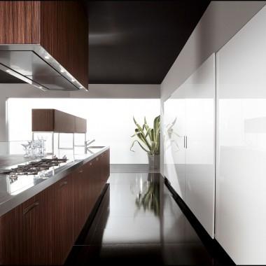 Kuchnia z frontami fornirowanymi i lakierowanymi.