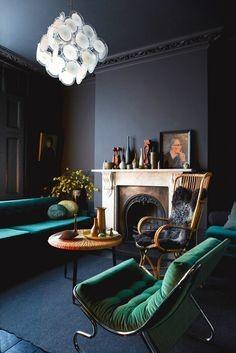 Salon, ciąg dalszy ciemnych ścian