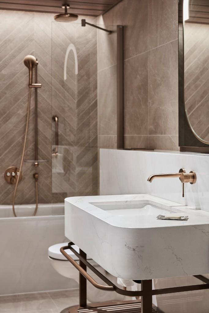 """Pozostałe, Pierwszy w Polsce Hilton Resort - Piękno i odporność  Nie bez przyczyny Silestone został wybrany na powierzchnie robocze obiektu.  """"Projekt musiał spełniać najwyższe wymagania estetyczne, a jednocześnie zapewniać trwałość wdrożonych rozwiązań i produktów. Aby to osiągnąć, po etapie projektowania wszystkie propozycje materiałów zostały zweryfikowane przez wykonawców. W wyniku tego procesu niektóre elementy z kamienia naturalnego zostały zastąpione przez Silestone, szczególnie ze względu na jego właściwości i odporność na czynniki zewnętrzne."""" - dodaje Łukasz Pisarek."""