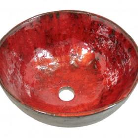 Rustykalna umywalka uformowana z gliny