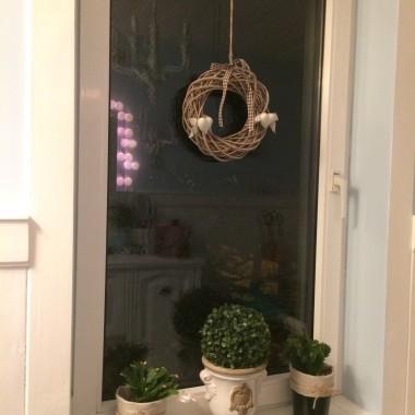 i okienko w łaziencePowiem szczerze, że mój dom to składanka kilku styli jednocześnie, bardzo lubię rustykalny, cottage angielski i shabby chic ale posiadam również elementy eklektyczne i sądzę, że z powodzeniem można je łączyc.