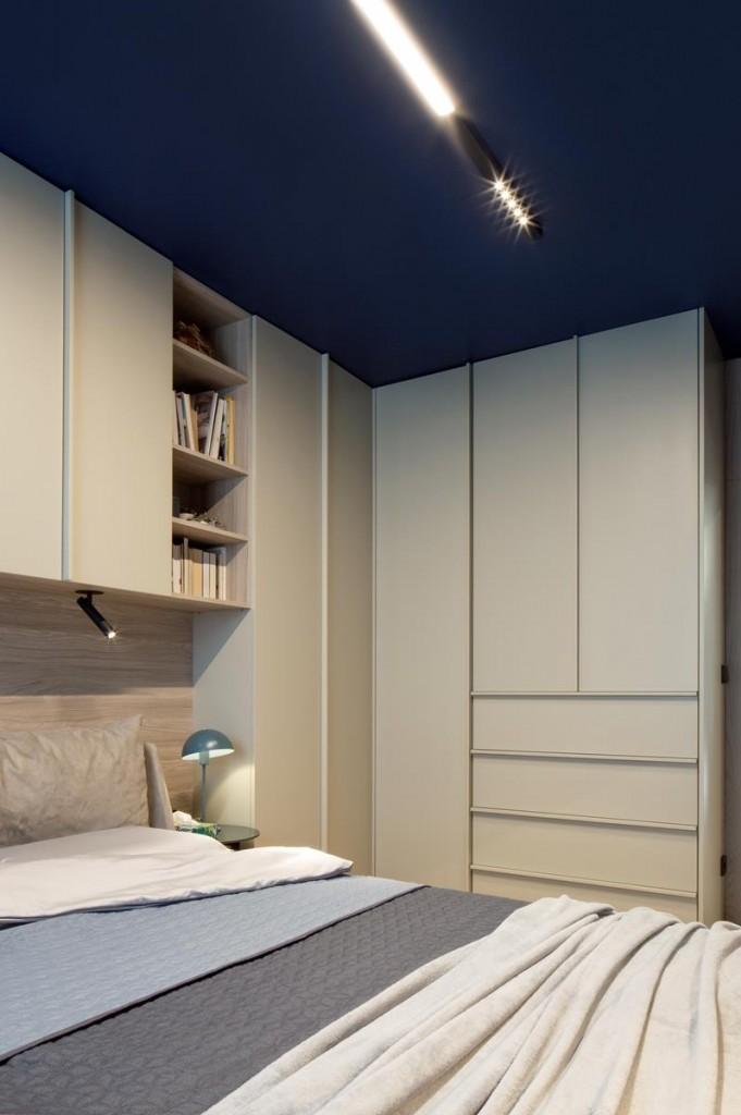 Domy i mieszkania, Wnętrze inspirowane naturą - Oświetlenie – integralna część wystroju  Wybór konkretnej oprawy zawsze uwarunkowany jest charakterem wnętrza. Lampy stanowią integralną część jego wystroju, a założeniem projektowym była prostota i oszczędność formy. Liniowy kształt opraw sufitowych MIXLINE LED od marki AQForm miał nawiązywać do ażurowych ścianek z pionowych listewek. Te czarne, sufitowe oprawy wyróżniają się kolorem, pozostając jednocześnie dyskretne i minimalistyczne. Pozostałe lampy (nad stołem, czy kinkiet przy sofie) to kontynuacja myśli, aby czarne lampy wypełniały przestrzeń, nadając jej graficznego charakteru.
