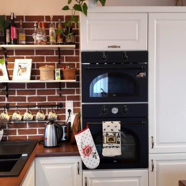 Po 3 latach od zamieszczenia pierwszej galerii wstawiam zdjęcia kuchni z aneksem kuchennym. Staram się dopieszczac w miarę swoich możliwości i przy obecności dwójki dzieci, która to sukcesywnie mnie spowalnia &#x3B;)Zapraszam do oglądania, mile  widziane sugestie :)Pozdrawiam Agnieszka