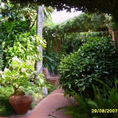 Chciałam podzielić się z Wami pięknymi widokami z ogrodu botanicznego w Blanes.Dziś skupiłam się na architekturze tego wyjątkowego miejsca.Mam nadzieję że spodoba Wam się ta wirtualna wycieczka.Zapraszam na pierwszą odsłonę.Pozdrawiam x