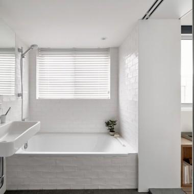 To znajdujące się w Tajpej mieszkanie ma zaledwie 17,6 metrów kwadratowych. O pomoc w urządzaniu wnętrza właścicielka poprosiła architektów z pracowni A Little Design.źródło: https://www.dezeen.com/2019/02/05/tiny-apartment-little-design-taipei-taiwan-micro-home/