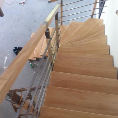 Stopnie lakierowane półmat | Konstrukcja stalowa, malowana proszkowo | Balustrada metal + drewno.
