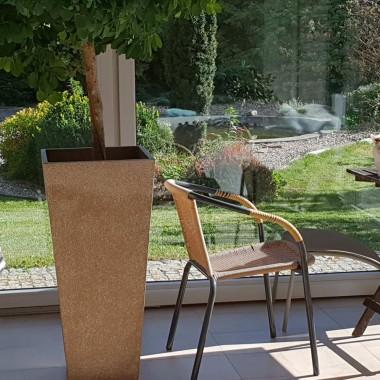 Koty przygotowane do zimy. Henia ma swój stolik ogrodowy w werandzie a Heinrich ciepłą budę.