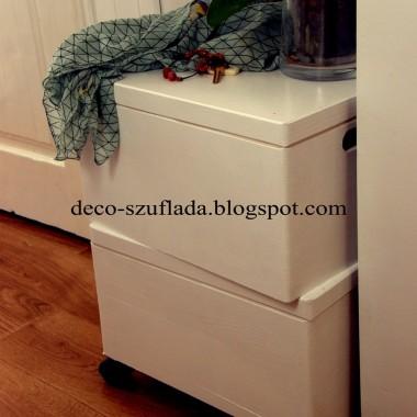 drewniane skrzynie (allegro) przemalowane na biało, do jednej dorobiono kółeczka, by powstał mobilny stolik-schowek