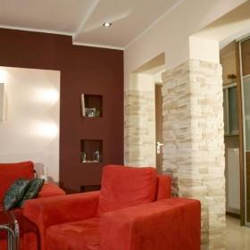 Przytulny salon z ożywiającym, czerwonym akcentem. :)