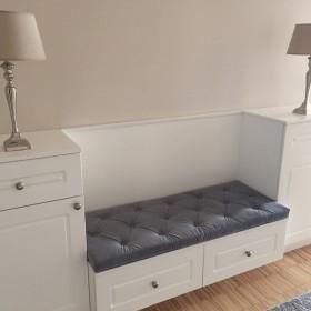 Szara poduszka na siedzisko z eleganckim pikowaniem