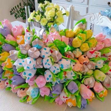 Nasze wiosenne kolory to delikatny turkus ,błękit i dodatek różu .Tą idee odzwierciedla pościel kupiona na wyprzedaży za grosze i tak co roku zakładam tą pościel i delikatnie zmieniam dodatki.Pozdrawiam Wszystkie Deccorowiczki , dziękuję serdecznie za życzenia i przemiłe komentarze pod ostatnią galerią.