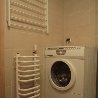 Widok na kącik z pralką, suszarką na ręczniki i kaloryfer. Drzwiczki od pralki otwierają się :)