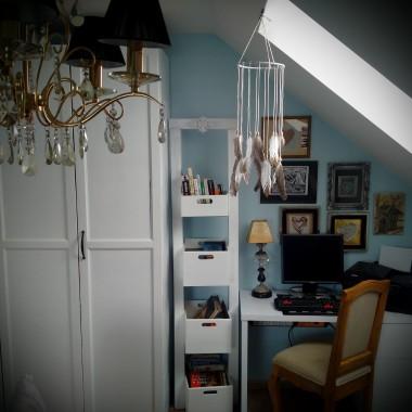 Małe biuro w sypialni. Niestety nie ma innej mozliwosci, ale nie zakłóca to zdrowego rytmu dnia i nocy.