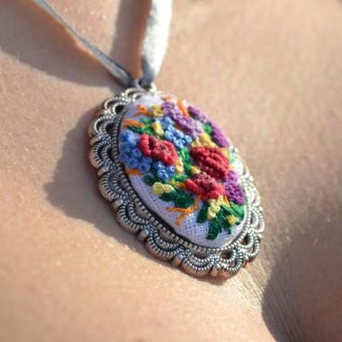 Ręcznie haftowane medaliony, wisiorki