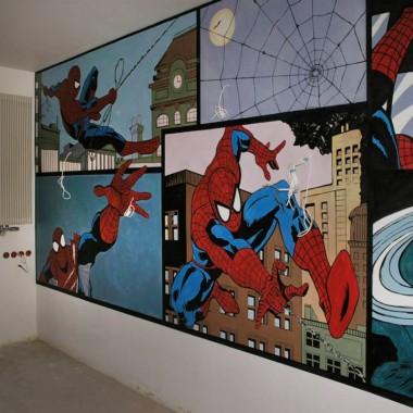 Wykonany techniką malarstwa sciennego komiks na ścianie w pokoju chłopca.