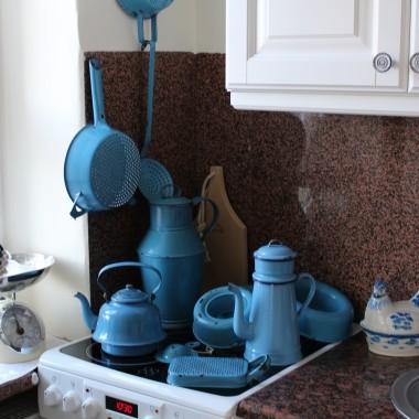 Ostatnio głowę zaprzątnęły mi stare emaliowane naczynia w kolorze niebieskim .