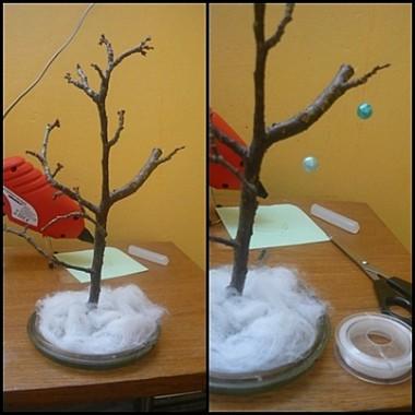 Gałązkę przyklejamy do podstawki i przykrywamy ją sztucznym śniegiem i możemy dekorować