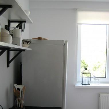 mój dom od czasu do czasu przechodzi mały lifting,tym razem sosnowa - wiekowa (nawet można by powiedzieć bardzo)kuchnia została potraktowana białą farbą i w tym oto ubraniu musi jeszcze trochę poczekać na następczynie.