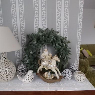 Połączenie bieli i złota to mój ulubiony styl:) Dużo bieli ,złoto iskrzy jest wieczorowo i świątecznie :) Gdzie nie gdzie bombki i gwiazdki a jeleń  ozdabia brzeg stołu a po środku girlanda .Tak girlanda o której marzyłam i w końcu jest :) Długa dostojna ozdobiona ośnieżonymi różami:) Oto moje Bożonarodzeniowe dekoracje w 018 roku:)