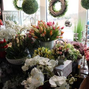 Kochamy kolory. Zwłaszcza po ponurej i monochromatycznej zimie. Czekam zazwyczaj niezwykle intensywnie na ten czas wiosenny, który pozwala nam zimowe igiełki świerku i jodły zamienić w pracowni na barwy kwiatów. Wczoraj, mimo pooperacyjnego stanu (niestety jestem po operacji kręgosłupa), zajrzałam na chwilę do naszej pracowni. Jakże przyjemnie mi się zrobiło! Zachwyciłam sie kolorami i świeżością przygotowanych pod moją nieobecność kompozycji. Są bajeczne i bardzo optymistyczne. A nasze tendomowe florystki, zdolne, pracowite i kreatywne :) Spójrzcie sami!