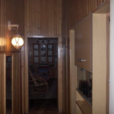 korytarz, po lewej stronie łazienka, dalej miejsce na piecyk. Prosto pokój rodziców. Pierwszy pokój po prawej pokój brata, a potem mój &#x3B;)