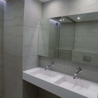 Beton architektoniczny - płyty dekoracyjne LUXUM. Klasa PREMIUM. Lekka porowatość i odporność na wodę sprawiają, że to świetna propozycja także do łazienki.Na zdjęciu kolor szary ciemny cementowy. Rozmiar płyty Luxum 120x60cm