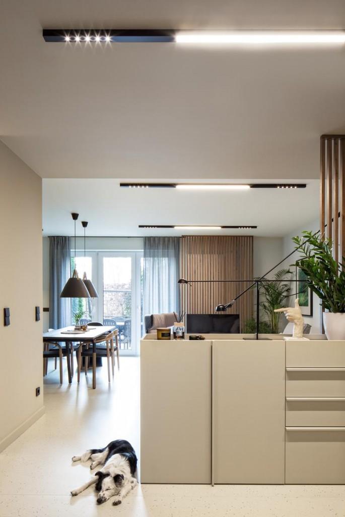Domy i mieszkania, Wnętrze inspirowane naturą - 70-metrowe mieszkanie z mini-ogródkiem zostało zaprojektowane dla pary, która ceni dobry smak. Nie bez znaczenia była lokalizacja osiedla nad zbiornikiem wodnym, w malowniczych okolicznościach przyrody.