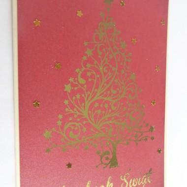 Cena: 5,00 złElegancka i nowoczesna kartka świąteczna&#x3B; utrzymana w czerwono-złotej kolorystyceRozmiar po rozłożeniu to format zbliżony do A5, a złożona tworzy format C6, czyli ok 14,7x10,5cm.Wykonana z grubego 230g perłowego kremowego papieru. Na tym znajduje się gruby 250g perłowy czerwony papier z przepięknie wyzłoconą dużą choinką oraz napisem świątecznym. Wokół złote błyszczące gwiazdki. Kartka jest raczej płaska doskonale więc nadaje się zarówno do wysyłki, jak i do osobistego wręczenia np. idąc w świąteczne odwiedziny.W środku znajdują się nadrukowane życzenia, do wyboru 8 wersji, otrzymają je Państwo po dokonaniu zakupu na adres mailowy lub pozostawią Państwo wybór mnie, wpisując to w wiadomości podczas zakupu.