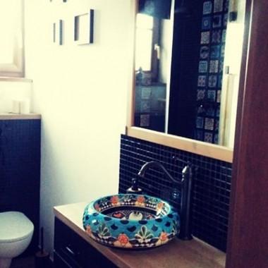 Meksykańska umywalka i nietuzinkowa , czarna bateria dobrze komponują się na jednolitym tle. Stanowią wyrazisty i niepowtarzalny motyw wystroju łazienki. Magia kolorów zwraca uwagę.