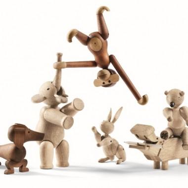 Kay Bojesen zaprojektował figurki zwierząt, wszystkie figurki wykonane są z drewna i mają ruchome kończyny, najbardziej popularna jest małpka