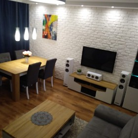 Salon z białą cegłą