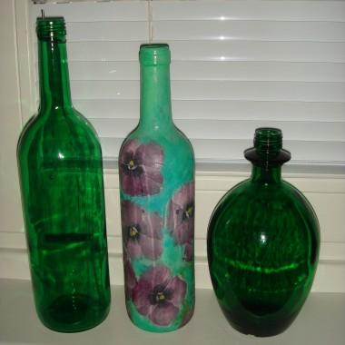 Moja slabosc - zielone butelki:-) Ta w srodku to dzielo decoupage mojej siostry - prezent dla mnie.