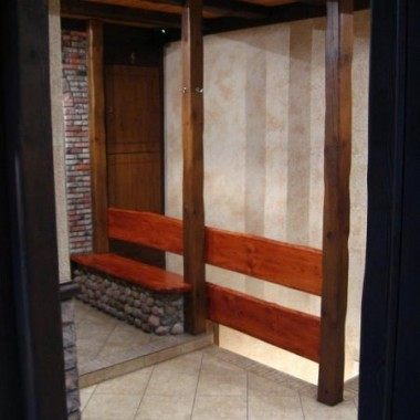 ławeczka przy drzwiach