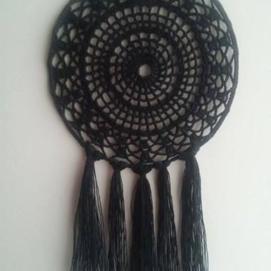 Łapacz snów w kolorze czarnym, wykonany z bawełny (koronka) i metalowej obręczy (kolor biały). Długość całkowita: 30 cm, średnica okręgu: 18 cm. Idealny dodatek do wystroju każdego wnętrza. Możliwość dopasowania długości koronki, na której będzie zawieszony łapacz snów oraz długości bawełnianych frędzli.