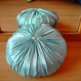 Marszczona poduszka w zestawie z kwiatkiem