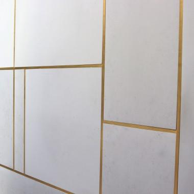Płyty z betonu architektonicznego na ściany i posadzki od Luxum w klasie PREMIUM typ gładki.Na zdjęciu płyty przycinane na róże wielkości z dylatacjami wypełnionymi profilem kwadratowym wykonanym z mosiądzu.Realizacja LUXUM.