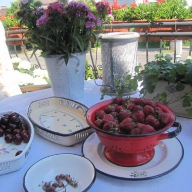 Truskaweczki i czereśnie -częstujcie się..Alicjo te czerwcowe truskawki są najlepsze prawda????