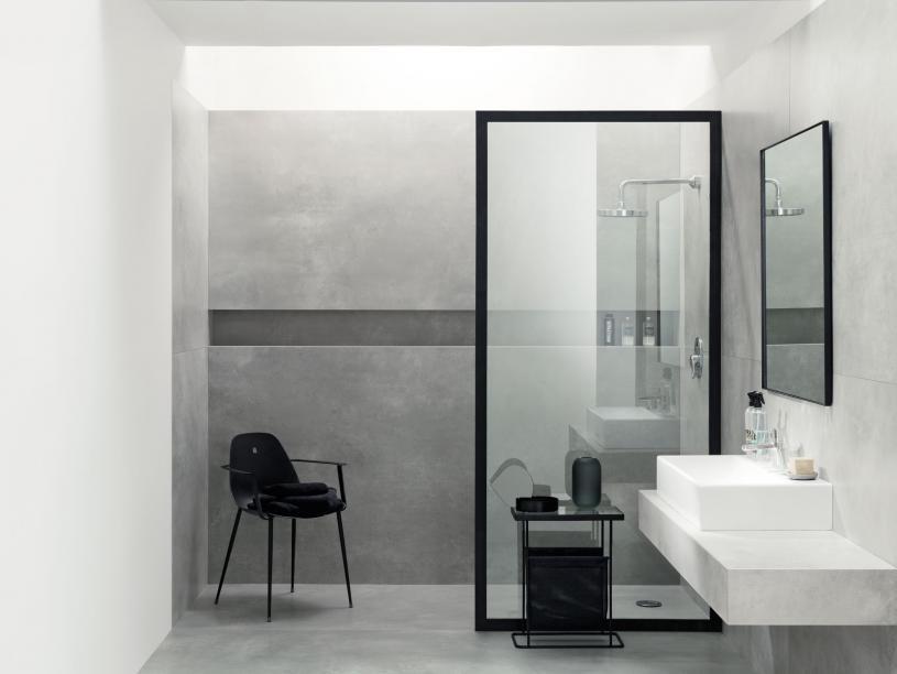 Szare płytki w nowoczesnej łazience.