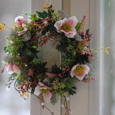 """nie przepadam za sztucznymi kwiatami ,ale ten wianek jest taki """"delikatny"""" ,więc chwilkę pocieszy oczy w kuchennym oknie :)"""