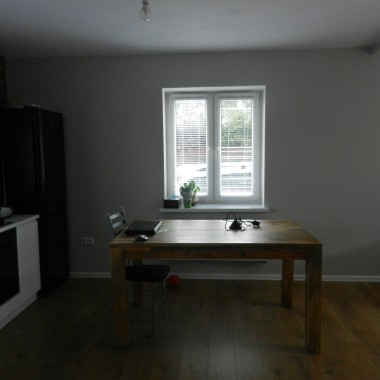 Prawie skończone pomieszczenia. Lampy w kuchni i łazience czekają na zawieszenie. Brakuje jeszcze krzeseł.