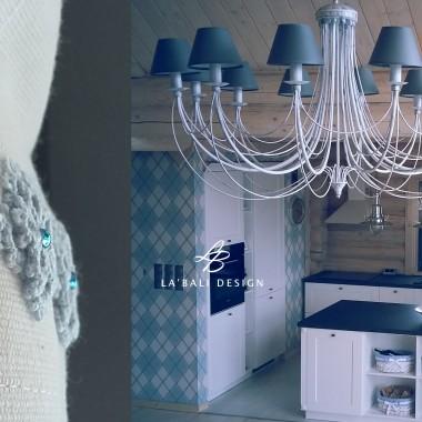 Aranżacja wnętrz domu z drewna. Dodatki i dekoracje w kuchni. Oświetlenie.