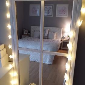 Sypialnia i stare lustro.