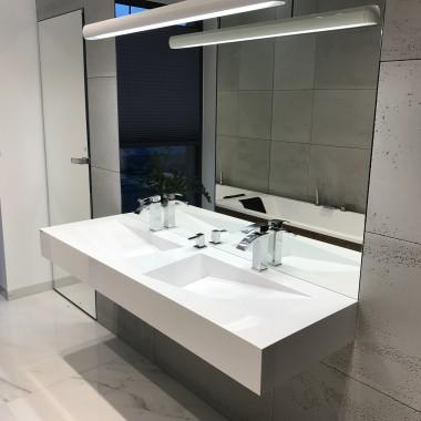 Płyty betonowe z piękną umywalką.Wyposażenie i beton przygotowane w zakładach Luxum.
