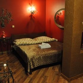 sypialnia w czerwieni i brązie