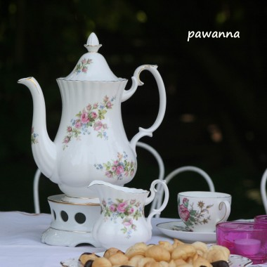 skromne suche ciasteczka ptysiowe i herbata....